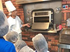 三重インターナショナルスクールの生徒がパン作りを見学しました